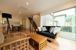 添い屋根の家 リビング: フォーレストデザイン一級建築士事務所が手掛けたです。
