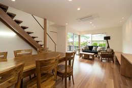 添い屋根の家 ダイニング: フォーレストデザイン一級建築士事務所が手掛けたです。