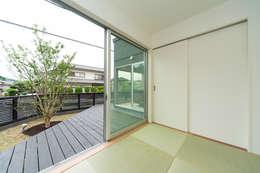 添い屋根の家 和室: フォーレストデザイン一級建築士事務所が手掛けたです。