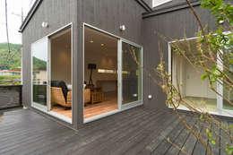 添い屋根の家 デッキ: フォーレストデザイン一級建築士事務所が手掛けたです。