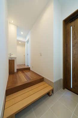 クサビノイエ 玄関: フォーレストデザイン一級建築士事務所が手掛けたです。