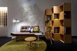 ソファでのデコレーション(Sofa Decoration): 株式会社高岡が手掛けたリビングルームです。