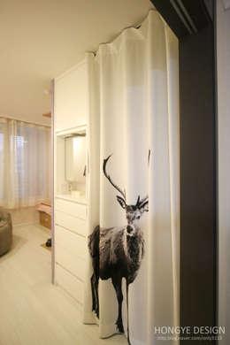 아기자기한 15평 싱글하우스 : 홍예디자인의  드레스 룸