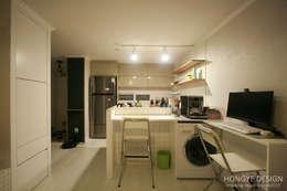 아기자기한 15평 싱글하우스 : 홍예디자인의  주방