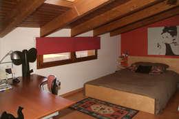 Dormitorios de estilo mediterraneo por RIBA MASSANELL S.L.