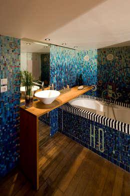 REHABILITATION D'UN APPARTEMENT: Salle de bains de style  par yann péron architecte