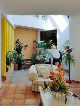 la sala: Salas de estilo colonial por Excelencia en Diseño