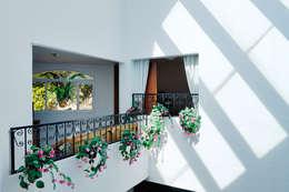 pasillo con vista ala doble altura: Pasillos y recibidores de estilo  por Excelencia en Diseño