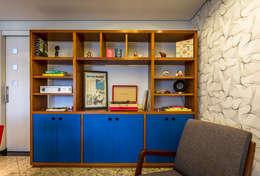 Estante de madeira com portas em laca e papel de parede geométrico branco e prata.: Salas de jantar modernas por Enzo Sobocinski Arquitetura & Interiores