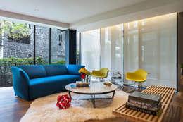 DEPARTAMENTO EN LAS LOMAS: Salas de estilo ecléctico por MAAD arquitectura y diseño