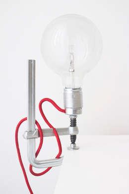 Clamp Light: industriële Woonkamer door LUCAS & LUCAS