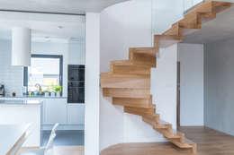 minimalistische Gang, hal & trappenhuis door BRODA schody-dywanowe