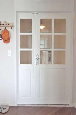 프로방스 느낌의 화이트톤 33평 인테리어: 홍예디자인의  창문 & 문