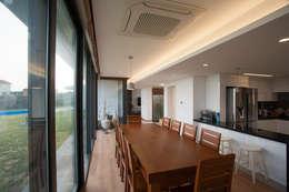 Salas de jantar modernas por ZeroLimitsArchitects