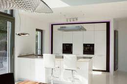 Küche mit Frühstücks-Theke : moderne Küche von in_design architektur