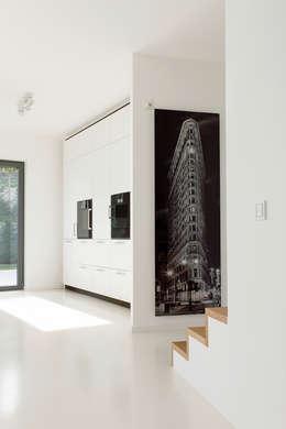 Küche mit Aufgang zu den Schlafräumen : moderne Küche von in_design architektur