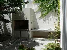 Casa Jufré | Ampliación + Remodelación.: Jardines de estilo moderno por Paula Mariasch - Juana Grichener - Iris Grosserohde Arquitectura