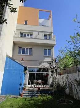 façade sur jardin: Maisons de style de style Moderne par Paula Bianco
