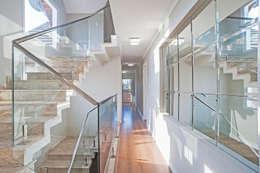 Projekty,  Korytarz, przedpokój zaprojektowane przez Patrícia Azoni Arquitetura + Arte & Design