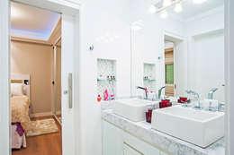 Banheiro da Demi-suíte Filhas : Banheiros modernos por Patrícia Azoni Arquitetura + Arte & Design