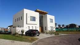 Fachada principal: Casas de estilo moderno por 2424 ARQUITECTURA