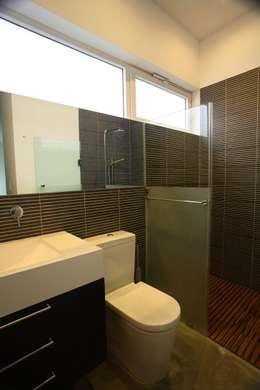 Baños de estilo minimalista por Echauri Morales Arquitectos