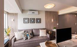 Sala com sofá cama projetado pelas arquitetas: Salas de estar modernas por Claudia Stach e Daniela Bordignon Arquitetura
