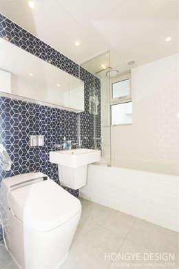 한지붕 두가족이 사는집_38py: 홍예디자인의  화장실