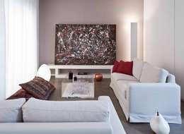 minimalistische Woonkamer door architetto Lorella Casola