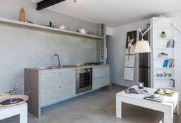 ATTICO IN CITTA': Cucina in stile in stile Industriale di architetto Lorella Casola