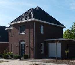 Zijaanzicht nieuwbouw villa Velddriel: klasieke Huizen door Villa Delphia
