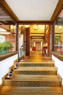 tropical Corridor, hallway & stairs by FERNANDO ROMA . estudioROMA