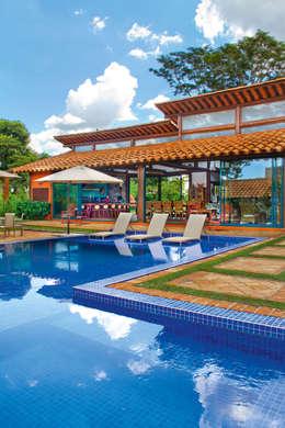 Residencia Enseada Azul: Piscinas tropicais por FERNANDO ROMA . estudioROMA
