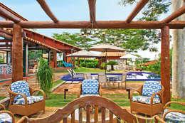 Residencia Enseada Azul: Jardins tropicais por FERNANDO ROMA . estudioROMA