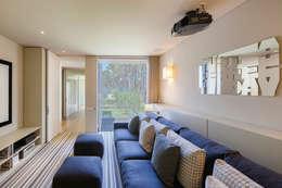 AM 2014 - Fão: Salas multimédia modernas por INAIN Interior Design