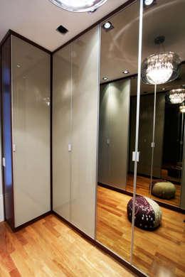 Vestidores y closets de estilo moderno por Officina44