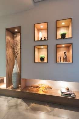 Pasillos y recibidores de estilo  por Andréa Carvalho Arquitetos Associados