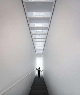 Couloir et hall d'entrée de style  par EXTRASTUDIO