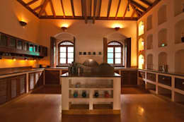 Yassmine: modern Kitchen by Rita Mody Joshi & Associates