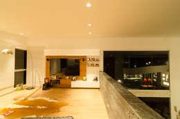 sala de tv: Estudios y despachos de estilo tropical por PLANTA BAJA ESTUDIO DE ARQUITECTURA