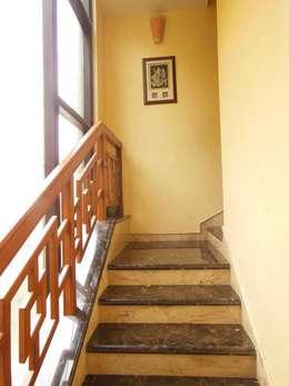 Residence.:  Corridor & hallway by Rita Mody Joshi & Associates