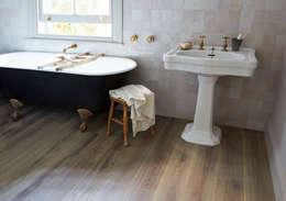 Paredes y pisos de estilo clásico por The Natural Wood Floor Company