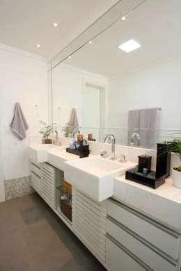 Apartamento Pinheiros 2: Banheiros modernos por Officina44