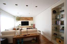 Apartamento Pinheiros 2: Salas de estar modernas por Officina44