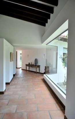 Pasillos y recibidores de estilo  por WVARQUITECTOS