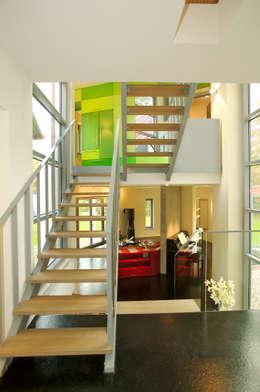 Прихожая, коридор и лестницы в . Автор – Atelier Fürtner-Tonn