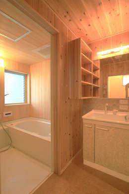 飾らない家/フレキシブルな空間: 加藤淳一級建築士事務所が手掛けた浴室です。