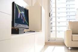 Placa para TV + guardado.: Livings de estilo moderno por MINBAI