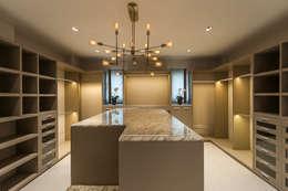 Walk in closet de estilo  por HO arquitectura de interiores