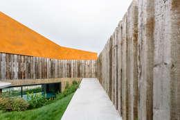 Jardines de estilo moderno por Atelier Data Lda